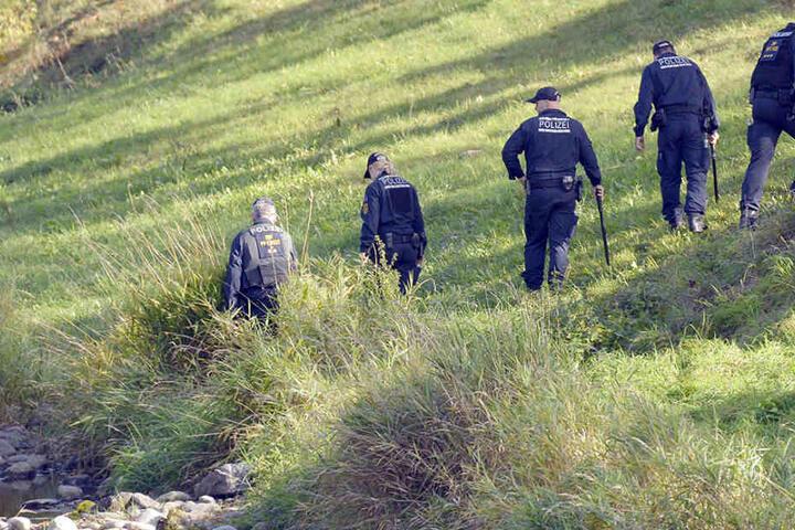 Die Polizei durchsucht die Umgebung des Tatorts nach Hinweisen.