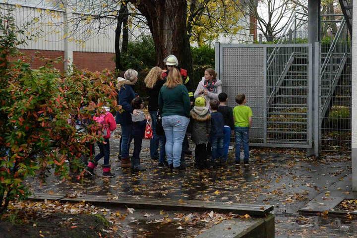 Vorbildlich folgten die Kinder ihren Lehrern nach draußen.