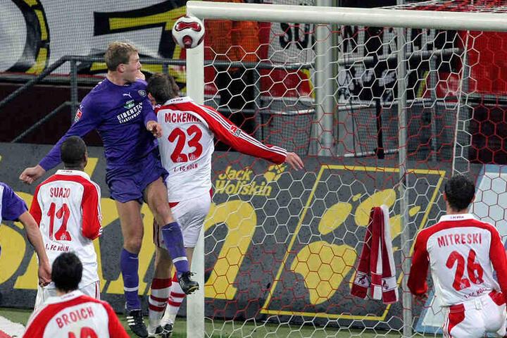 Adam Nemec (l.) setzt sich im Kopfballduell gegen Kevin McKenna vom 1. FC Köln durch und trifft - Aues 200. Tor in der 2. Bundesliga.