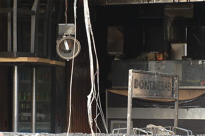 Die Feuerwehr konnte das brennende Geschäft in der Nacht zu Donnerstag nicht mehr retten.