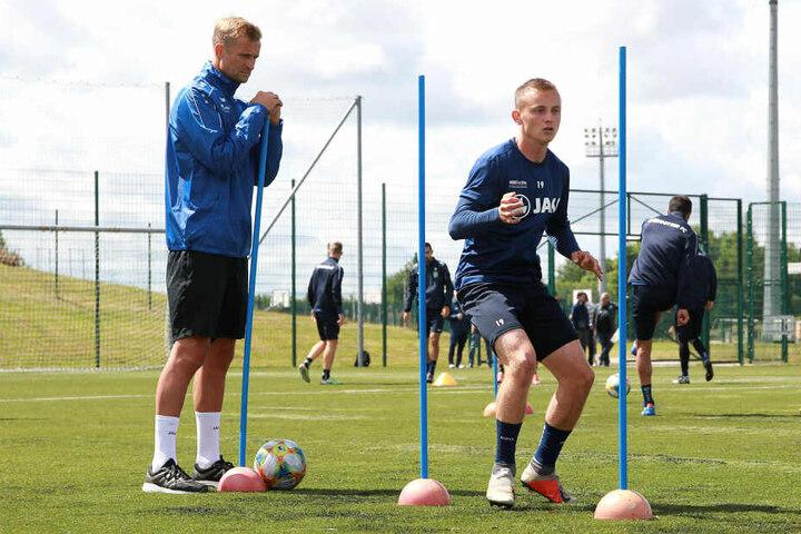 Nils Blumberg (r.) wird hier beim Training von Coach David Bergner beobachtet.