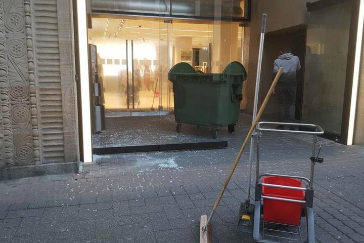 Am Samstagmorgen mussten Mitarbeiter den Scherbenhaufen der Einbrecher beseitigen.