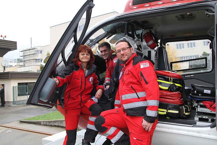 Lebensretter aus der Luft: Petra Schlupp (53, l.), Pilot Matthias Wrobel (44, M.) und Notarzt Sandro Müller (38).