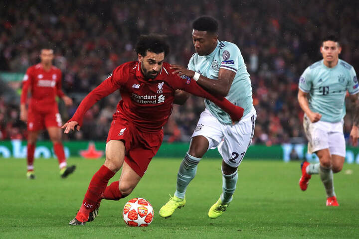 Liverpools Mohamed Salah (l) und Münchens David Alaba kämpfen im Hinspiel um den Ball; ob sich der Kampf im Rückspiel wiederholt, bleibt abzuwarten.