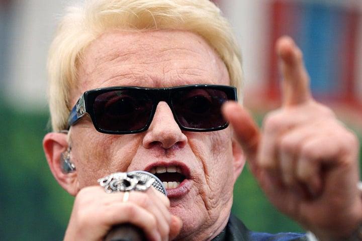 Die schwarze Sonnenbrille, der blonde Kurzhaarschnitt - fast jeder kennt den Kult-Sänger.