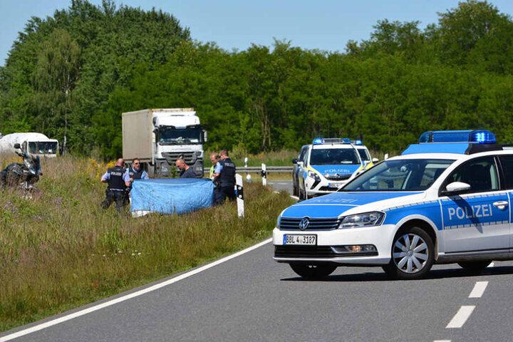Die Rettungskräfte konnten nur noch den Tod des Motorradfahrers feststellen.