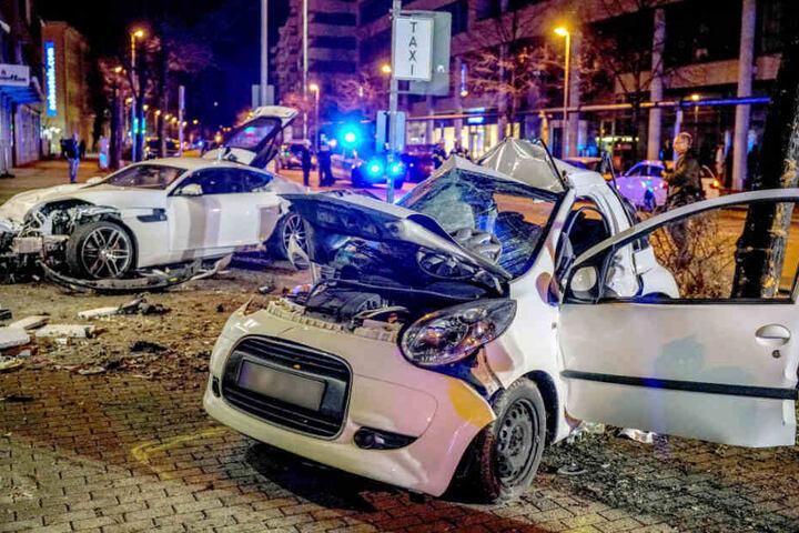 Die zwei beschädigten Wagen nach dem tödlichen Raser-Unfall.