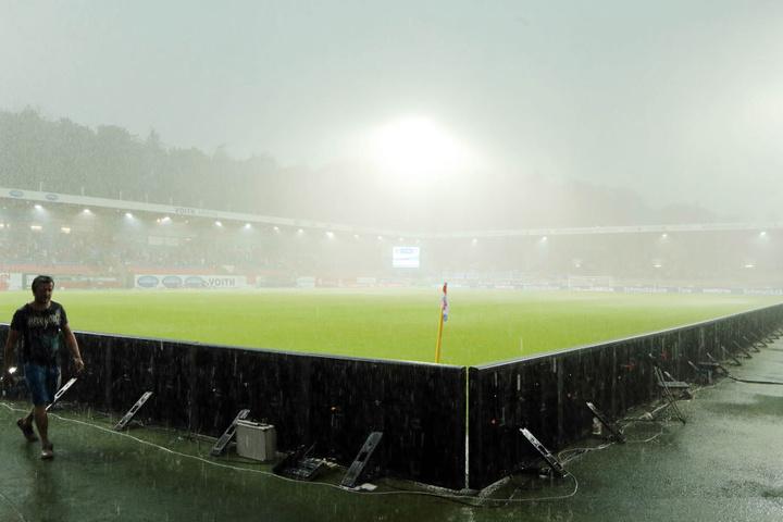 30. Juli 2017: Ein Wolkenbruch mit unglaublichen Wassermengen führte am ersten Spieltag der 2. Bundesliga zum Abbruch der Auer Partie beim 1. FC Heidenheim.