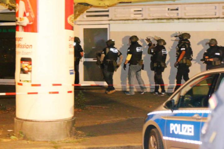 SEK-Beamte in Schutzausrüstung kurz bevor sie ein Gebäude im Eichhorster Weg stürmen.