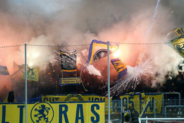 Pyrotechnik im Braunschweiger Fanblock zu Beginn der zweiten Halbzeit. Das Spiel musste daraufhin für sechs Minuten unterbrochen werden.