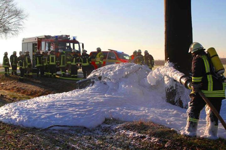Nach dem Crash ging das Auto in Flammen auf.