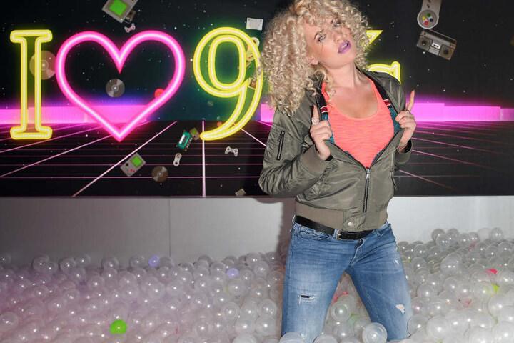 Nicht nur Sarah Knappik liebt die 90er Jahre, wie hier bei Madame Tussaud in Berlin.