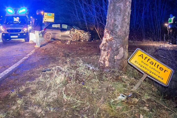Der Peugeot kam von der Straße ab und krachte erst gegen das Ortsschild und dann gegen einen Baum.