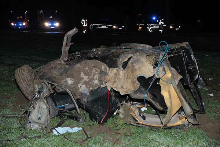 Der BMW wurde in zwei Teile gerissen und komplett zerstört.