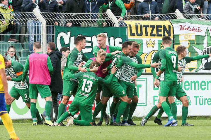 Hier war dann alles klar: Das 2:0 von Daniel Heinze (r.) wird gefeiert wie der Aufstieg.
