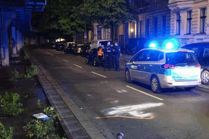 Ein Polizeiauto steht an der Unfallstelle.