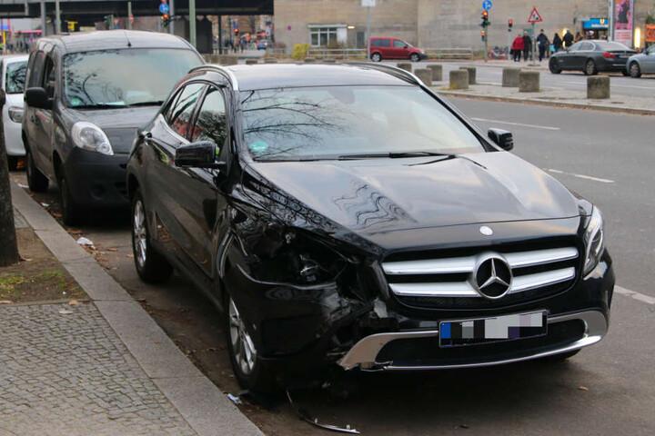 Dabei hat er seinen Mercedes gegen eine Laterne gefahren.