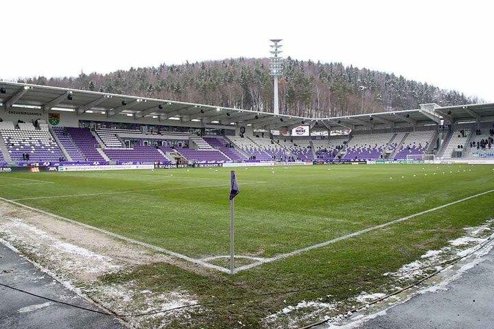 In der Vorwoche war es bitterkalt in Aue, jetzt hat sich das Wetter geändert. Temperaturen um die zehn Grad und Dauerregen hat alles aufweichen lassen. Auch den Rasen im Stadion. Es werden morgen schwierige Bedingungen auf knöcheltiefem Boden werden.