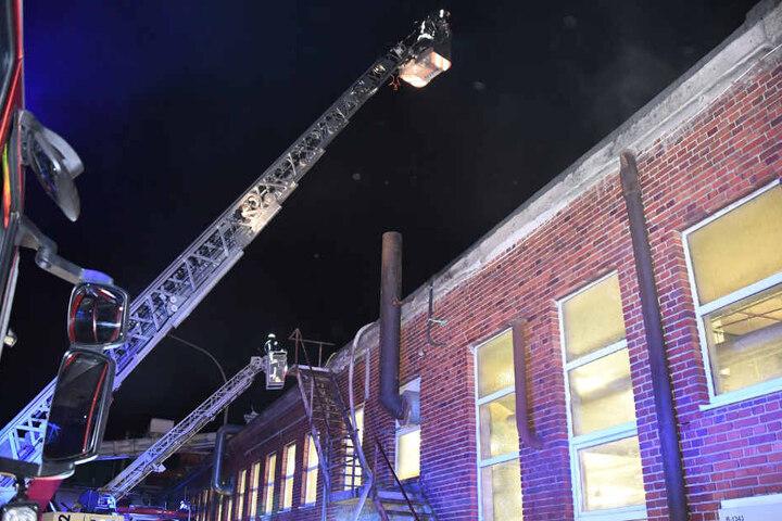 Eine Drehleiter wurde zur Brandbekämpfung eingesetzt.