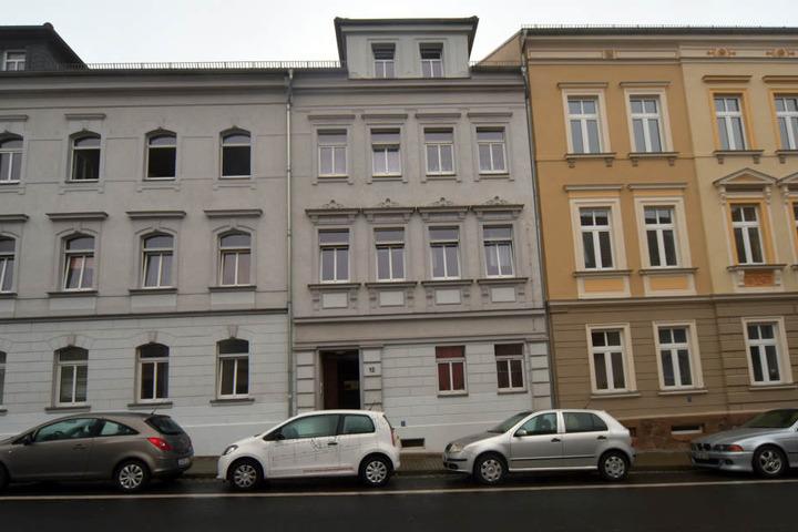 In diesem Wohnhaus in der Roßweiner Straße wurde ein im Flur stehender Kinderwagen in Brand gesteckt.