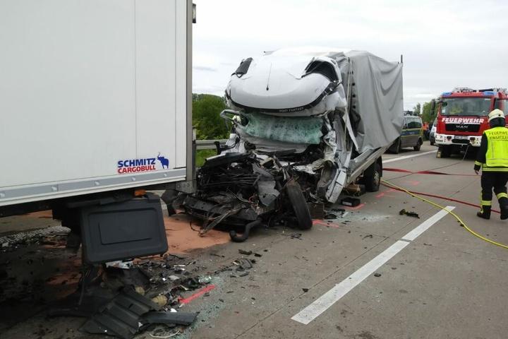 Der Fahrer hatte keine Chance, er verstarb noch an der Unfallstelle.