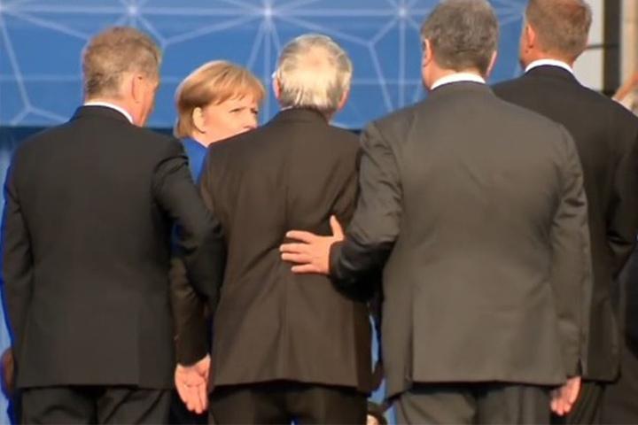 Ihre Blicke sprechen Bände: Auch Angela Merkel scheint sich um Jean-Claude Juncker zu sorgen.