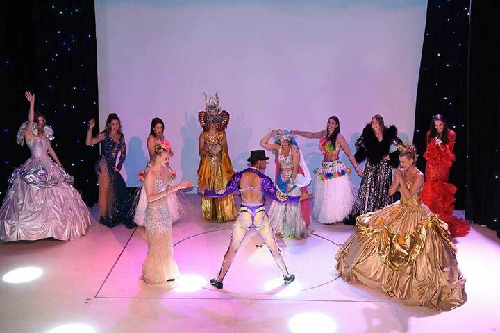 Beim Showact und Hingucker zu Beginn der Abschlussveranstaltung tanzten die DSC-Schmetterlinge in tollen Outfits über die Bühne.