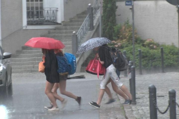 Schnell ins Trockene: Gebietsweise gab es am Dienstagnachmittag Starkregen.