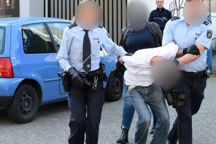 Zwei Polizisten führen den 19-Jährigen nach seiner Irrfahrt ab.
