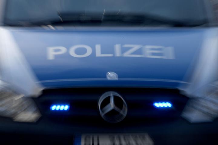 Polizisten beschlagnahmten ein Messer und einen Holzknüppel (Symbolbild).