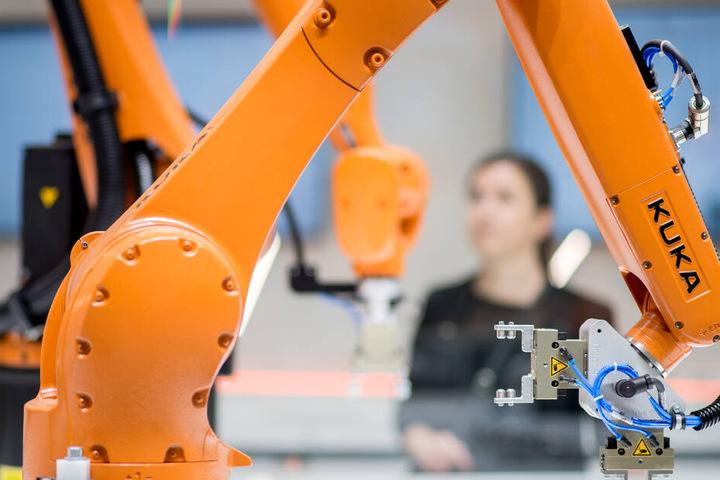 Der Roboterhersteller Kuka muss einen deutlichen Rückgang beim Gewinn hinnehmen.