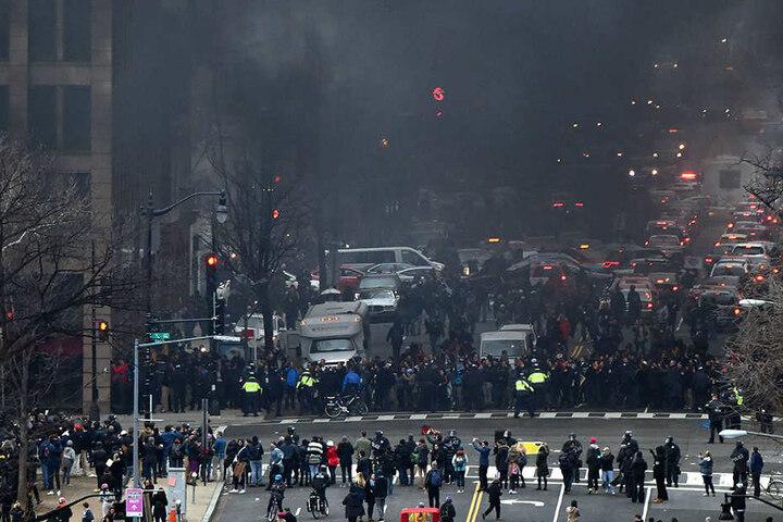 Dicker Rauch hängt in den Straßen von Washington: Demonstranten hatten Feuer gelegt.