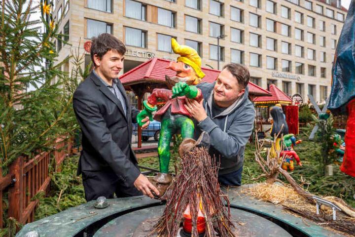Ben Enders (24, l.) und Thomas Werker (42) brachten Dienstag noch das Rumpelstilzchen im Märchenwald auf dem Striezelmarkt in Stellung.