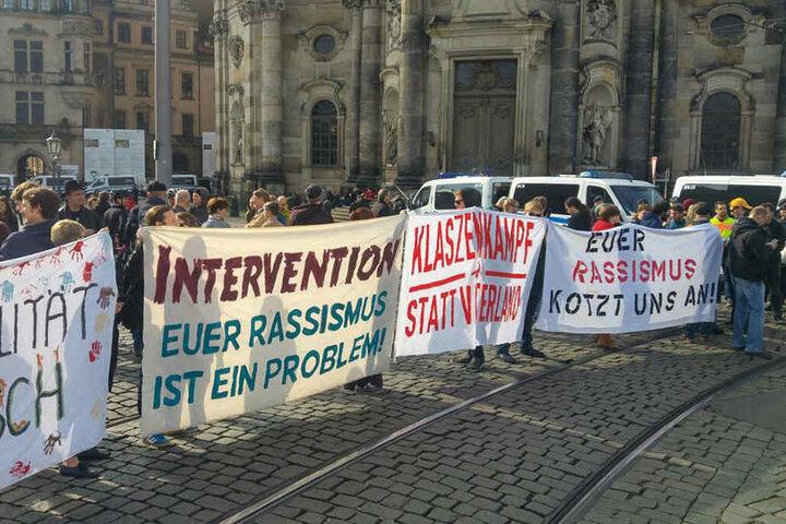 Deutliche Ansagen auf Transparenten am Dresdner Schlossplatz.