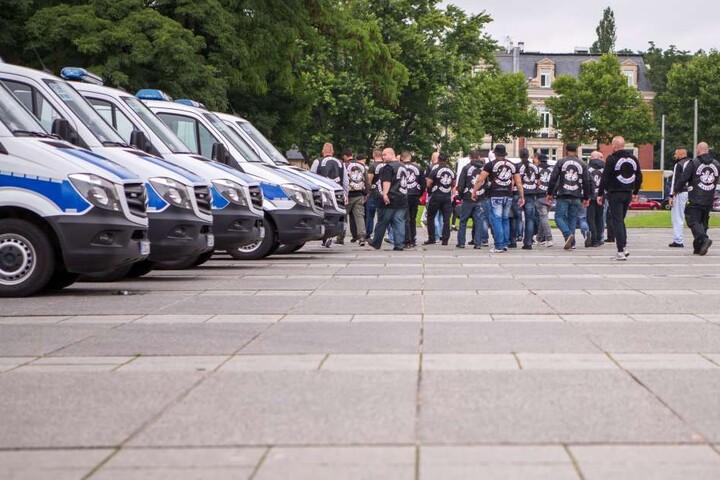 Zahlreiche Mitglieder der United Tribuns kamen am Montag zum Prozessauftakt  nach Leipzig.