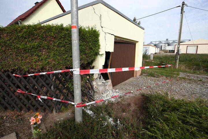 Ein großes Loch war am Montag in der Garage zu sehen, die Polizei sperrte den Tatort ab.
