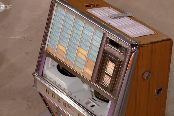 Die Musikbox kann an der Wand aufgehängt werden.