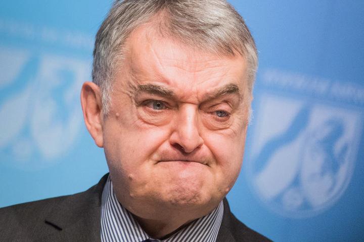 NRW-Innenminister Herbert Reul zeichnete Dennis Eilhoff für seine Bachelor-Arbeit aus.