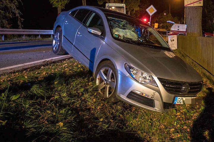 Der VW kam erst im Straßengraben zum Stehen.