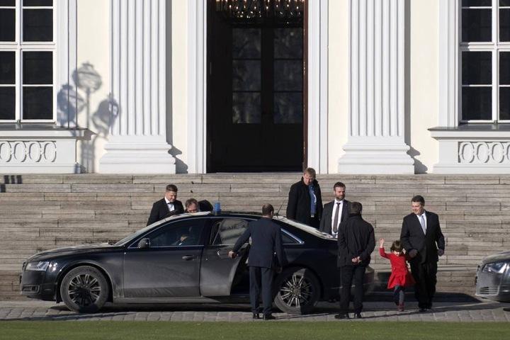 Abfahrt im Riesen-Audi. Marie darf mit.