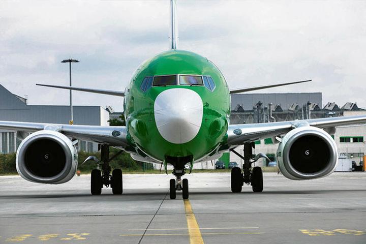 Nur wenn sie fliegt, spielt sie Geld ein: Nach nur 45 Minuten Standzeit startet die Germania-Maschine Boeing 737 aus Mallorca mit 125 neuen Passagieren an Bord wieder Richtung Teneriffa durch.