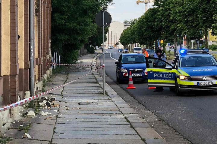 Zahlreiche Steinbrocken knallten auf Gehweg und Straße.
