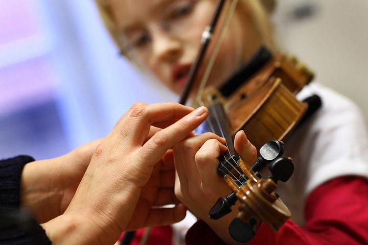 Bei dem Musikfestival Klangwelten haben Kinder die Möglichkeit verschiedene Instrumente auszuprobieren.