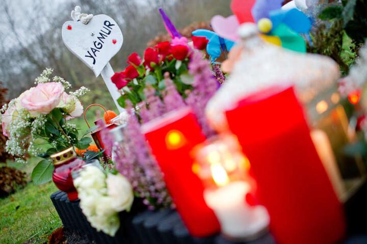 Das Foto zeigt das Grab des Mädchens am ersten Todestag (18.12.2014) in Hamburg.