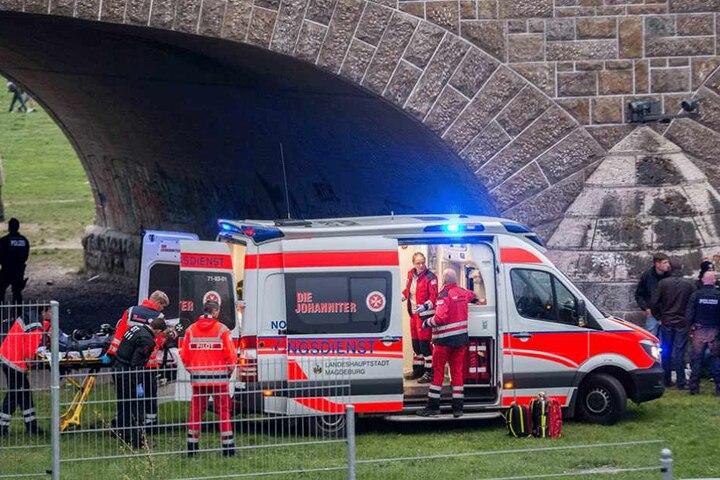 Ein Schwerverletzter wurde unter der Brücke gefunden und kam ins Krankenhaus.