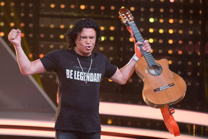 """Costa Cordalis betritt in der RTL-Show """"Ich bin ein Star - Lasst mich wieder rein!"""" im Juli 2015 mit seiner Gitarre in der Hand die Bühne in Hürth."""