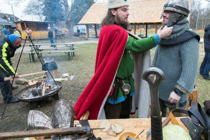 Zum Richtfest des historischen Dorfes gab es Schwertkämpfe des Zwickauer Mittelaltervereins Likedeeler zu sehen.