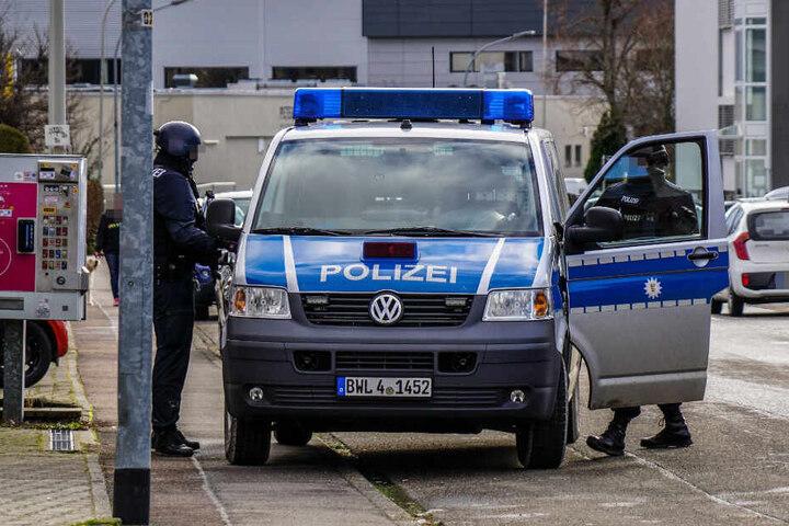 Ein Polizeiauto mit Einsatzkräften.