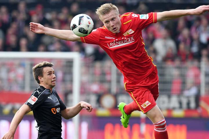 Kristian Pedersen (r) aus Berlin und Thomas Pledl aus Sandhausen kämpfen um den  Ball.
