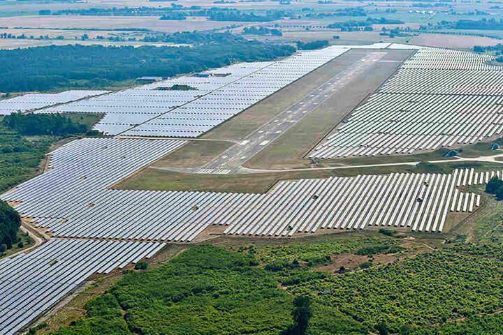 Die Landebahn ist eingebettet in riesige Solarfelder.